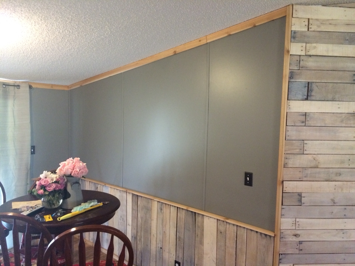 White Washed Pallet Accent Wall And Wainscoting (View 8 of 15)
